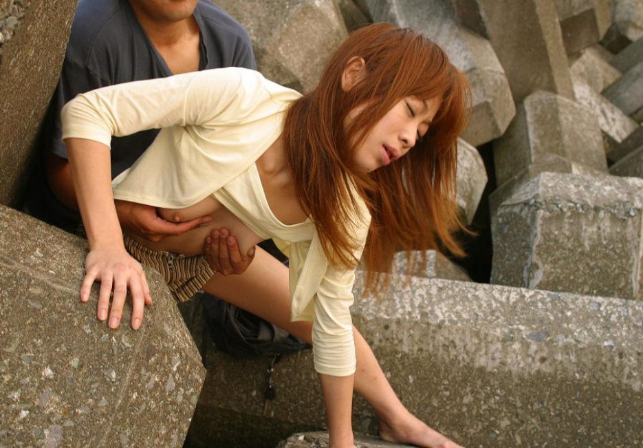 岩陰に隠れて美女を着衣のままバックでハメる!