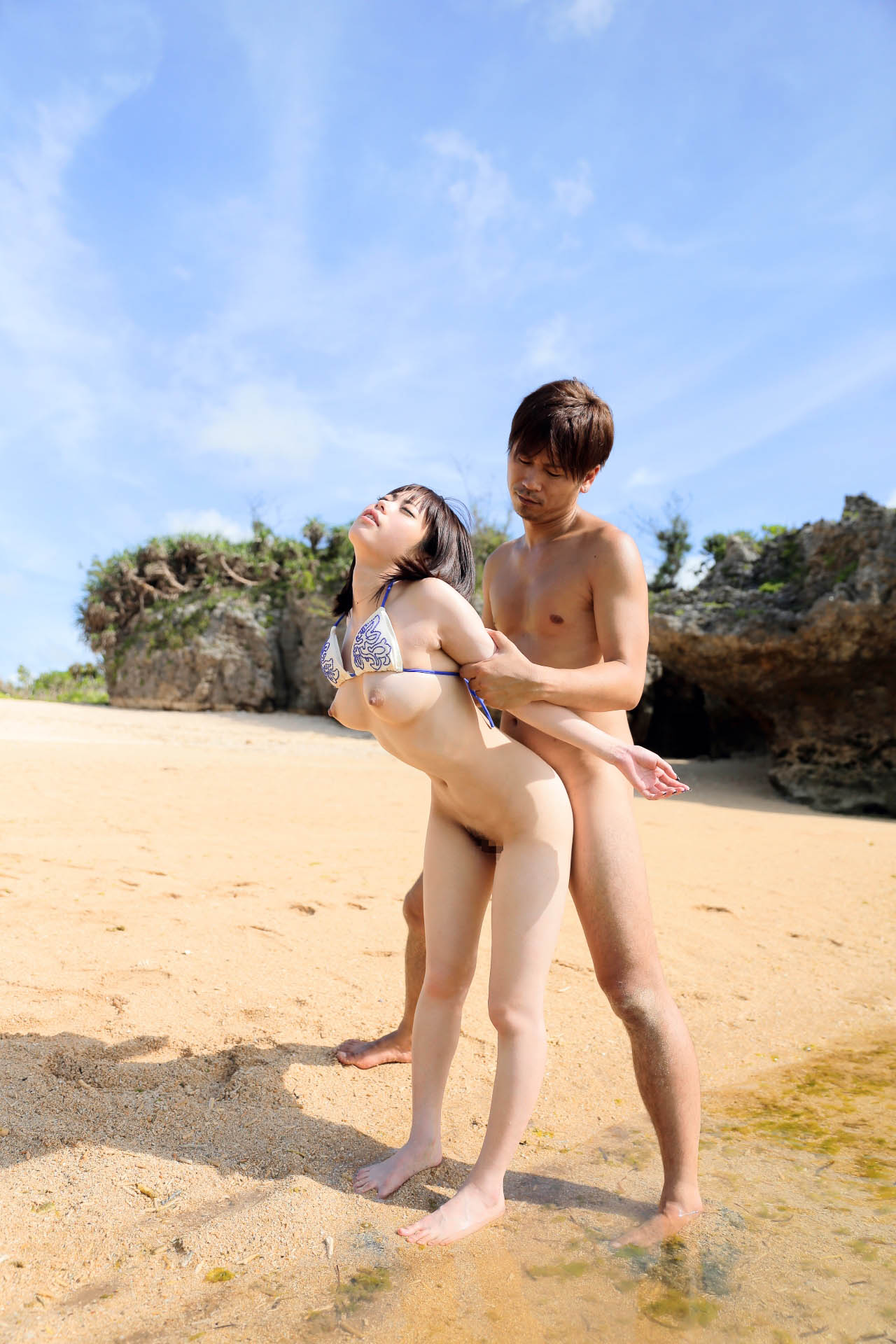 ビーチでセクシー美女がイキ顔見せて感じてる!