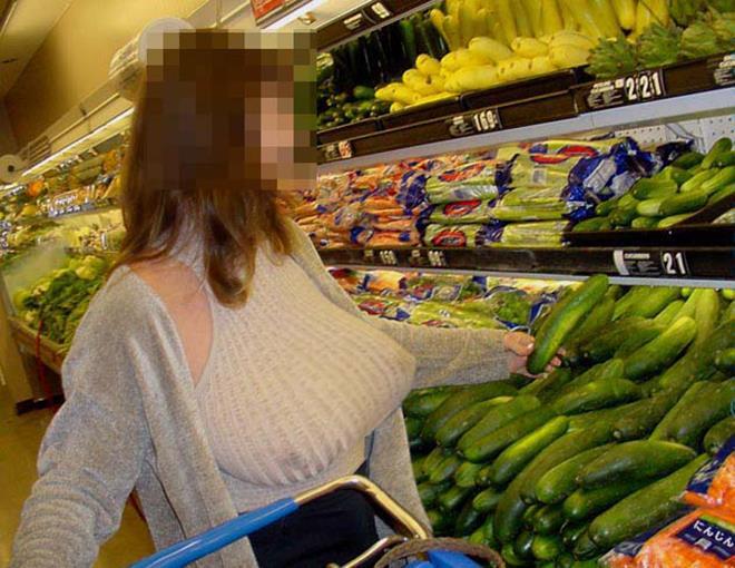 巨乳女性が乳首ポッチしながらスーパーで買い物!