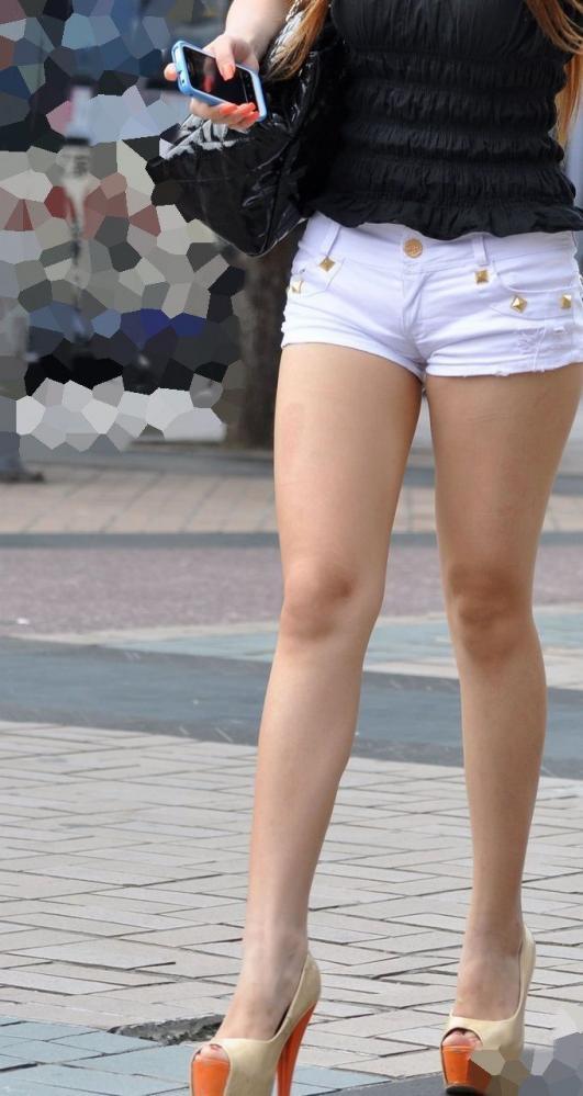 短パン履いてバランス良い美脚素人を街撮り!