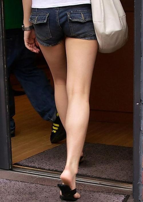 マイクロミニショートパンツから伸びる美脚をガン見!