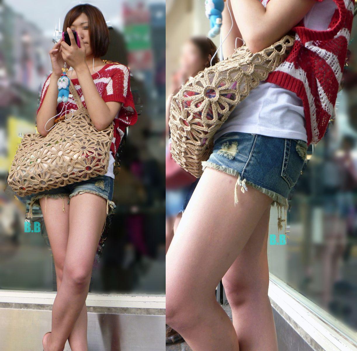 美女がショートパンツで卑猥な美脚を見せつけてる!