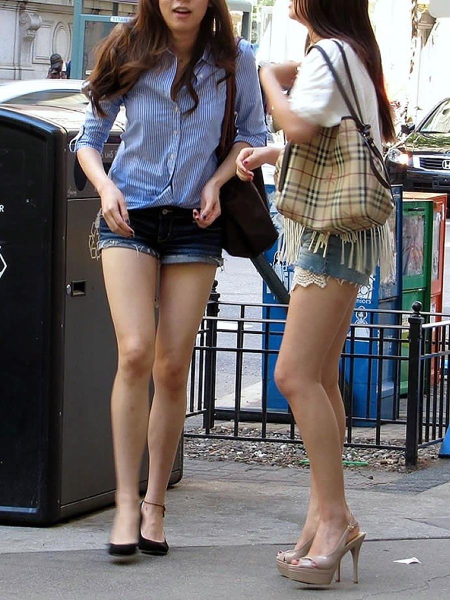 スレンダーで長い脚を露出させて歩く美女たち!