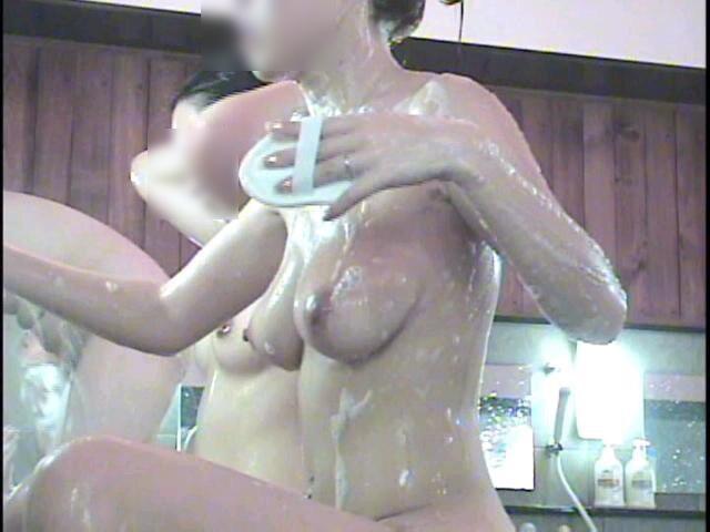 巨乳を小刻みに揺らしながら体を洗ってます!