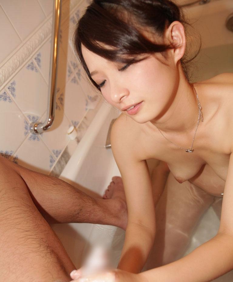 湯船に浸かって真剣に手コキしてる綺麗な女性!