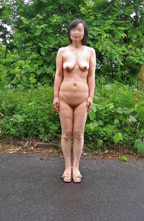 全裸でだらしない体を晒してる変態熟女さん!