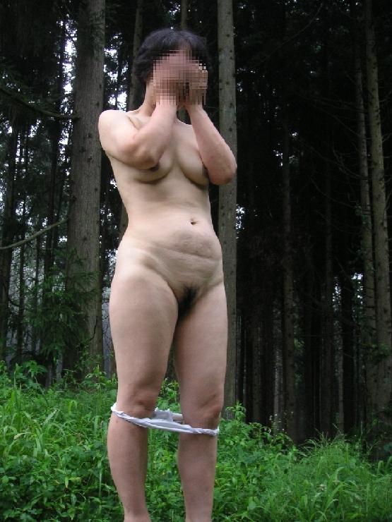 濃いマン毛を恥ずかしそうに露出する熟女!