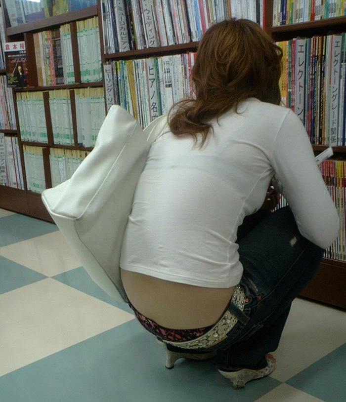 本屋で透けブラも気になる美女のローライズパンチラを盗撮!
