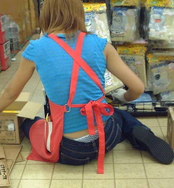 お店の店員が作業しながらローライズパンチラしてる!