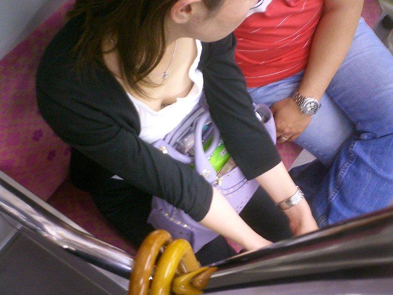 こういう電車内の胸チラが興奮するんです!