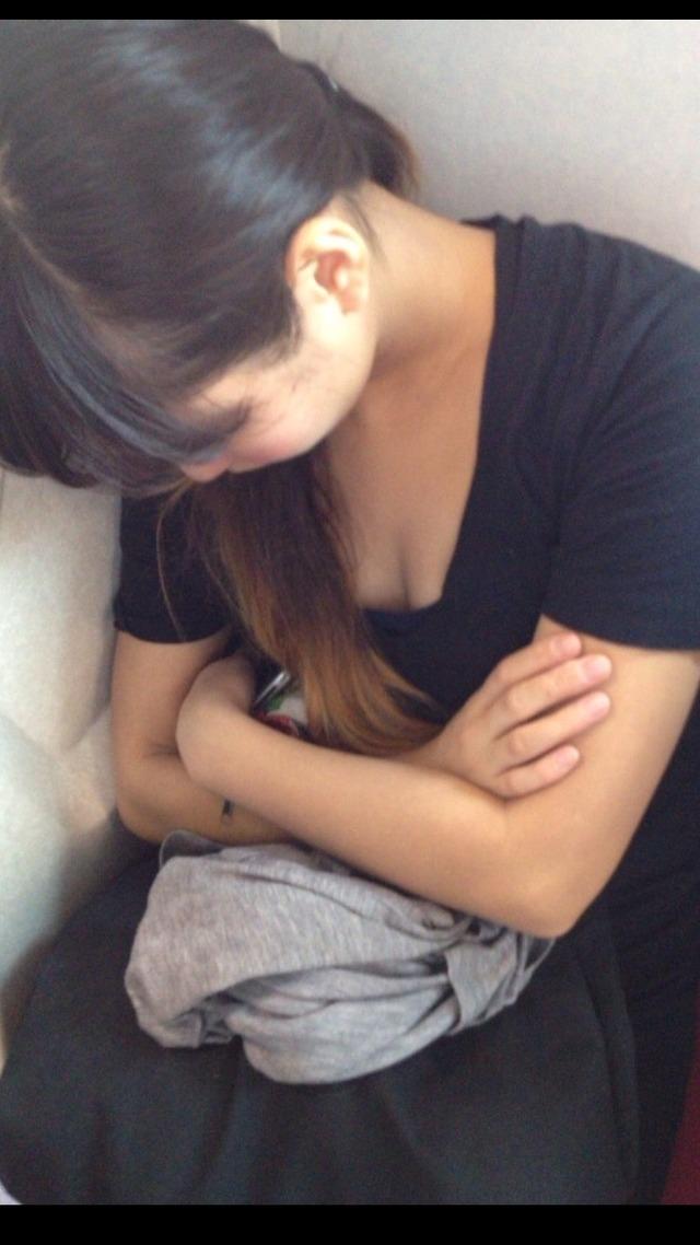 寝てる巨乳女性の胸元に男の視線は釘付け!