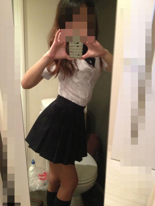 トイレで自撮りするギャル系の制服女子校生!