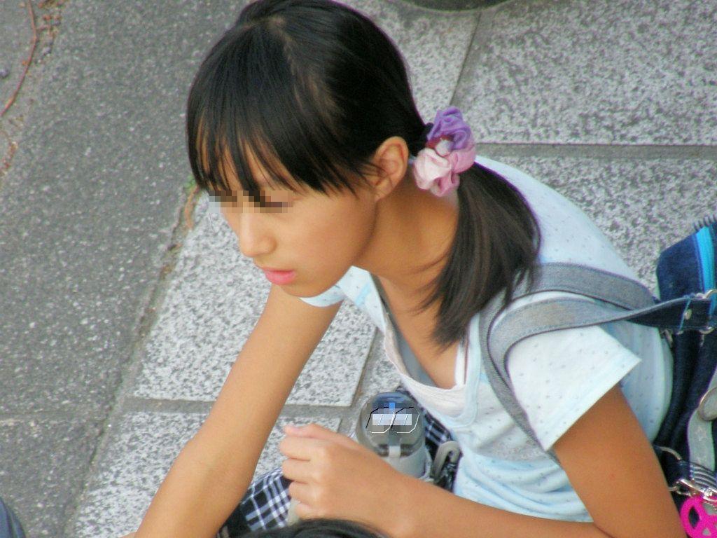 JCポニーテール少女のTシャツがユルユルで貧乳チラリ!