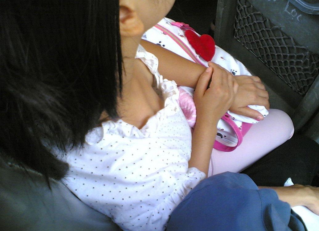 幼い少女の胸元からペチャパイを覗き込む!