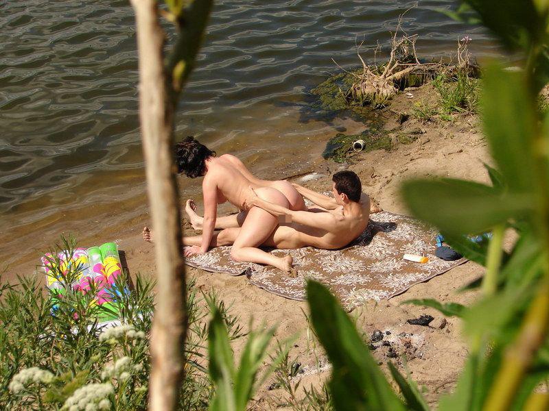 ビーチで青姦してる外人カップルをこっそり覗き見!