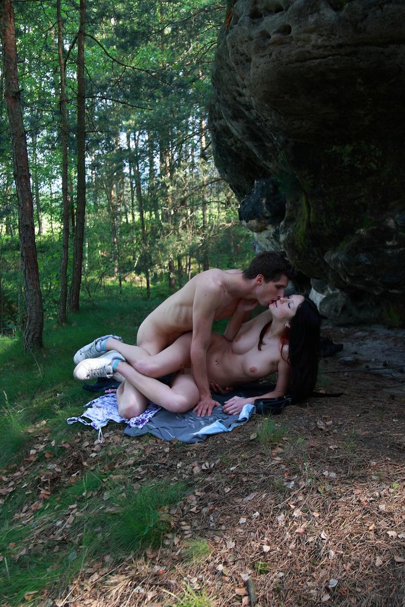 海外の美人お姉さんが森の中で彼氏の野外セックス!