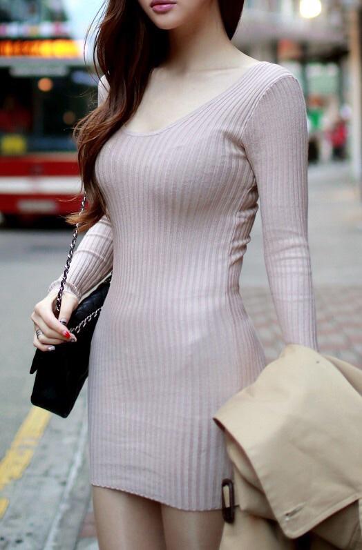ニットを着た巨乳乳女性のオッパイに釘付け!