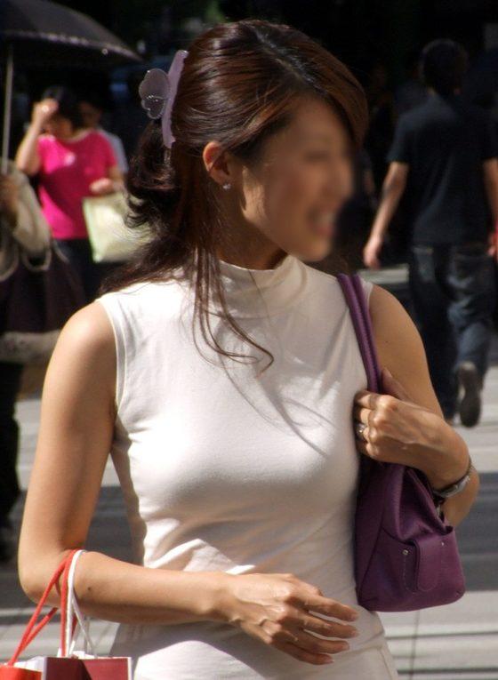 街中で正面から着衣巨乳を盗撮してます!