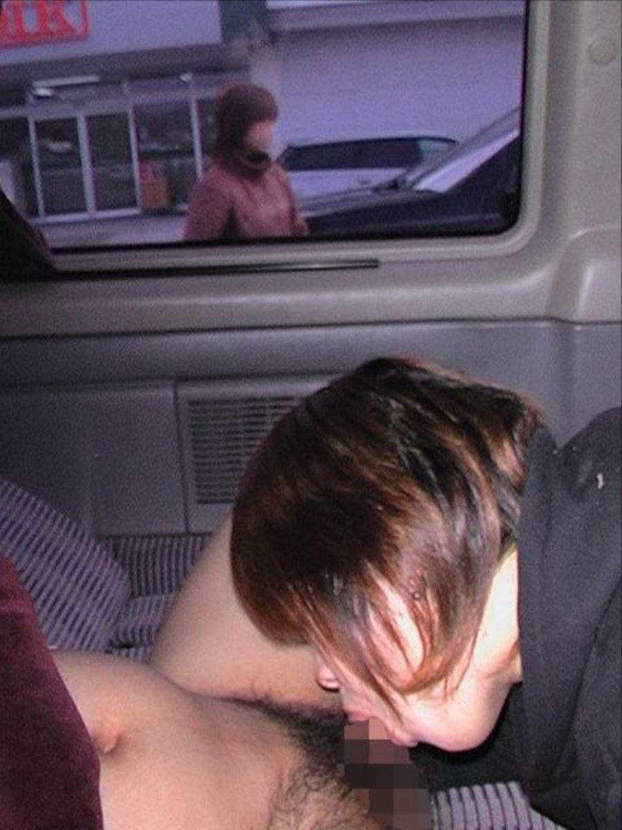 車の中でスリルと共に喉奥までチンポを咥える!