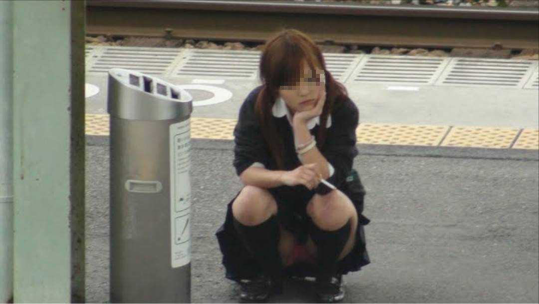 駅ホームで真正面から女子校生のパンチラ隠し撮り!