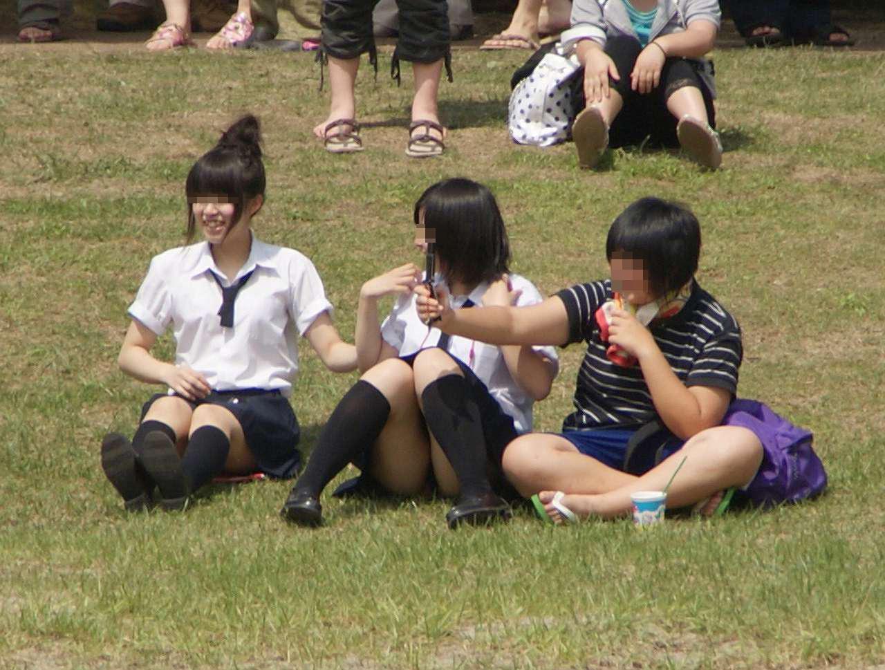 芝生の上でパンチラしてる女子校生を見つけて盗撮!
