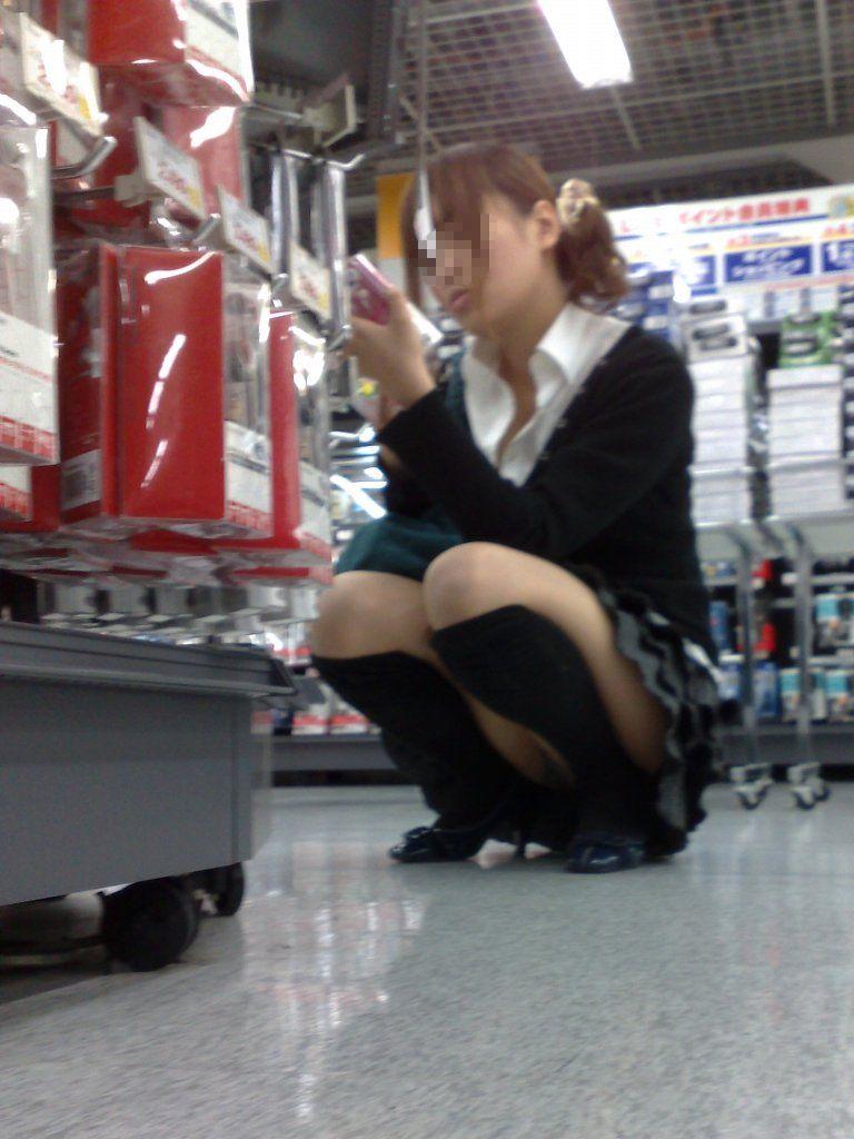 買い物中のJKのしゃがみパンチラを良いアングルで捉える!