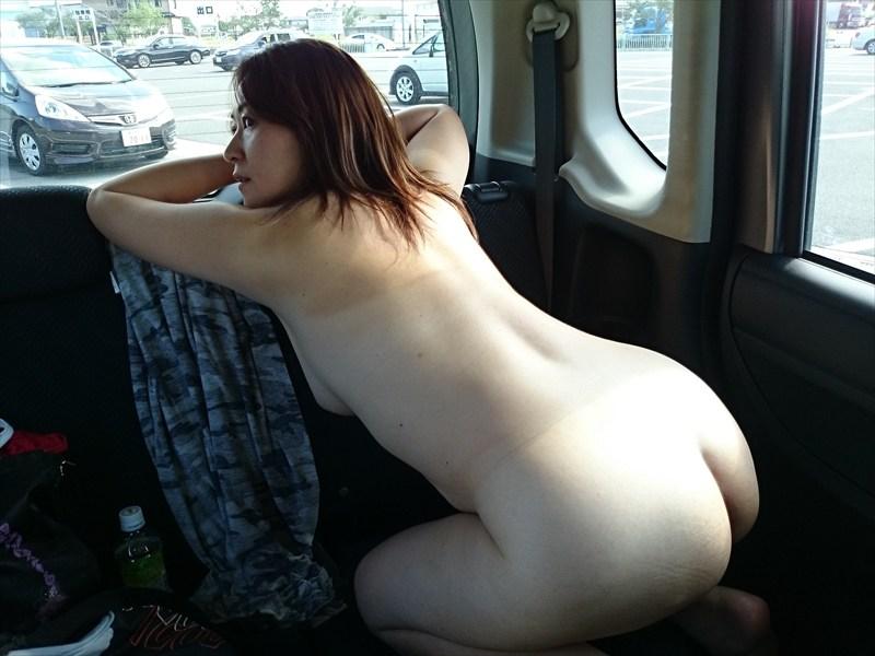 車の中で素っ裸になってるデカ尻熟女がイヤらしい!