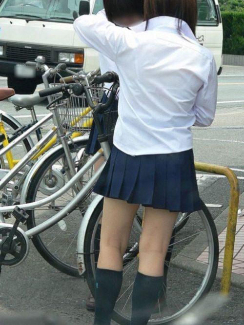 女子校生のブラウスから下着が透け透け!