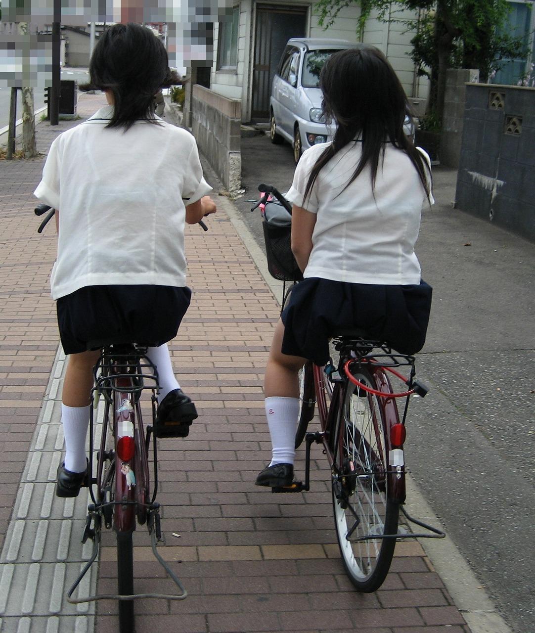 自転車で帰宅してるJK達の透けブラを盗撮!
