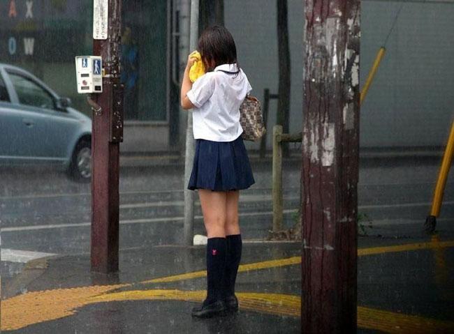 雨に濡れた制服からブラジャーが透けまくり!