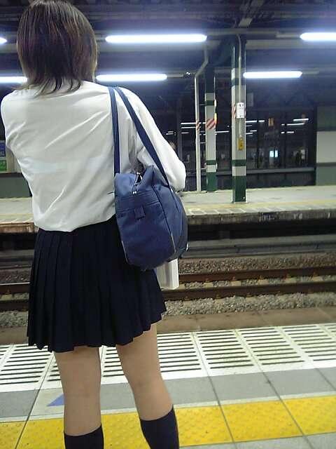 駅のホームで電車待ちの女子校生の透けブラ盗撮!