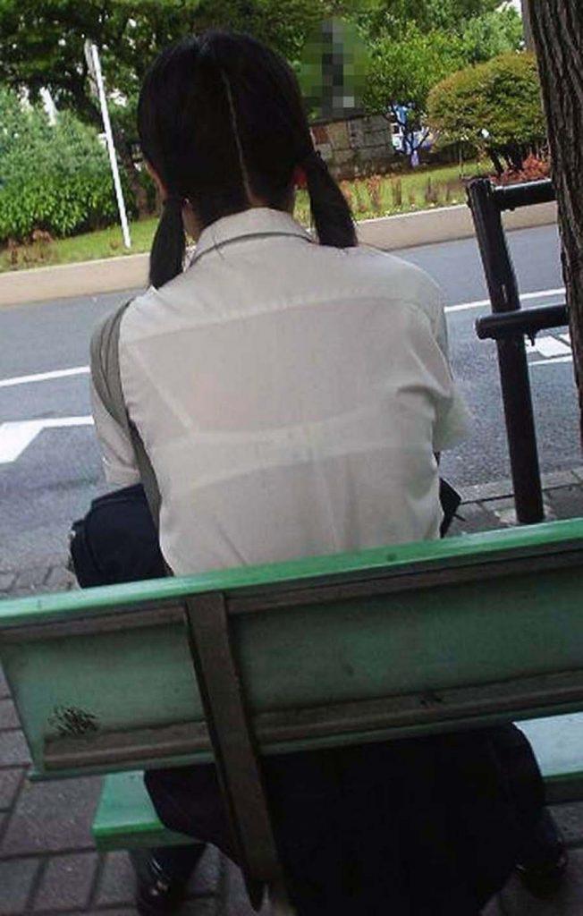ベンチに座って無防備な女子校生の下着を隠し撮り!