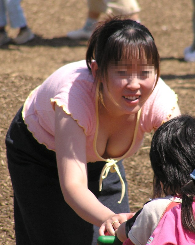 垂れたオッパイが魅力的な子連れ奥様を発見!