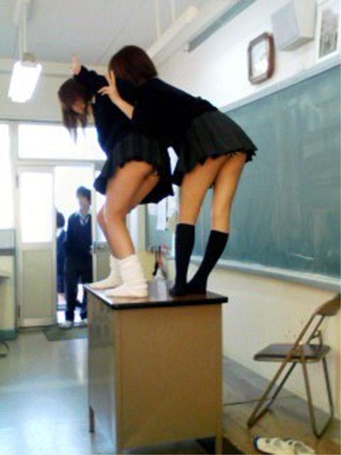 教室の教壇に上がってパンチラしてるJK達!