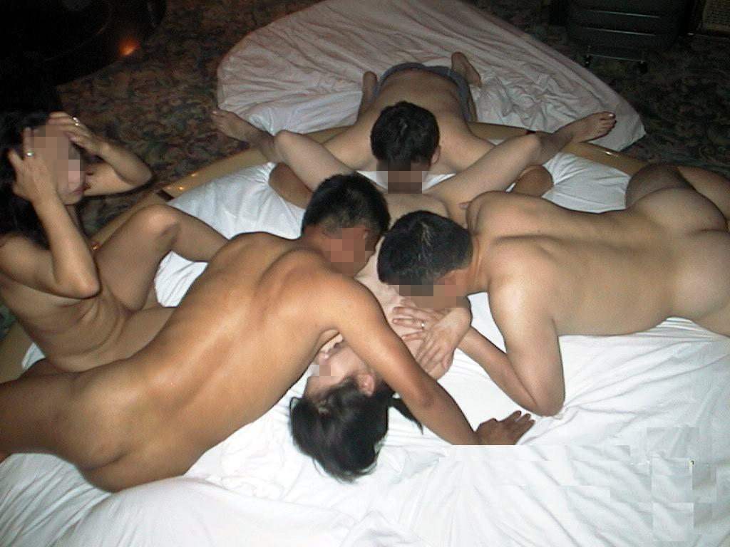 男達に体中を愛撫されて身動きが取れない!
