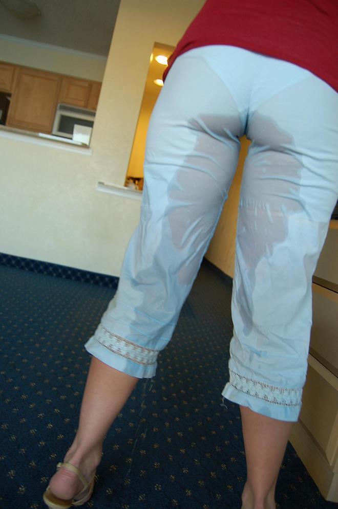 ホテルの部屋で着衣お漏らしするお姉さん!