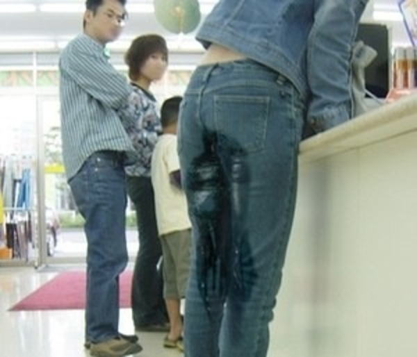 買い物中に失禁する女性を見てドン引きにしてる!