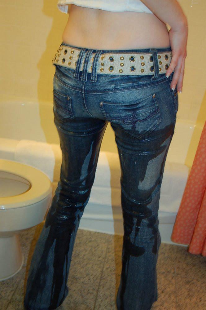 間一髪間に合わずトイレの便器の前でお漏らし!