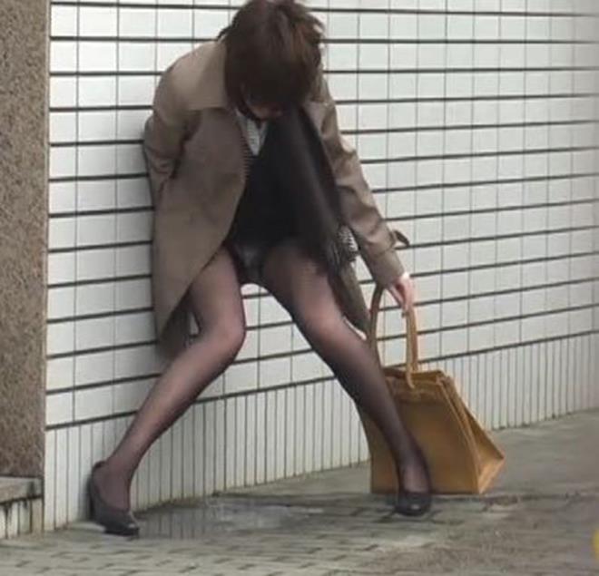 トイレに間に合わず黒パンスト履いたまま立ちション!
