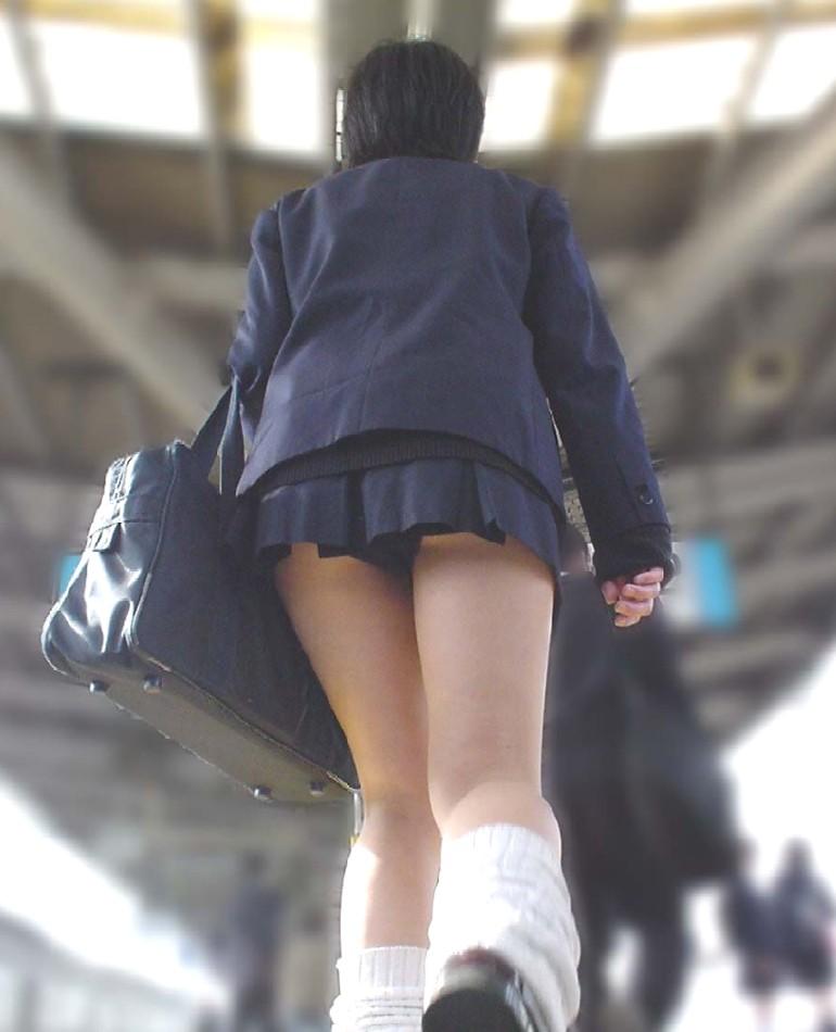 スカートの丈が短すぎて下着がモロ見え状態!