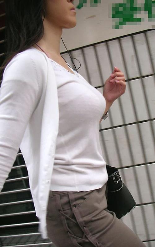 服を着てても胸が主張しすぎてる着衣巨乳の奥様!
