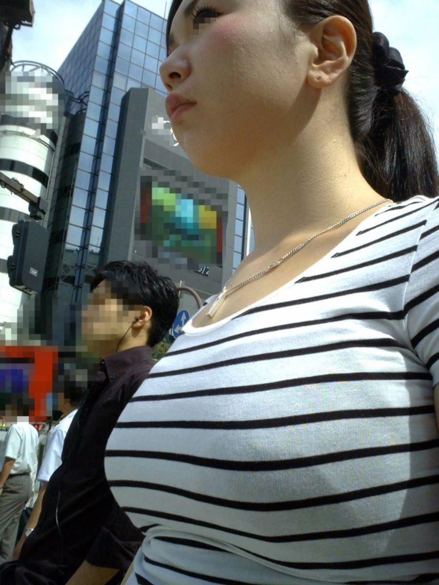 反則級の巨乳着衣の素人奥さんを街撮り!