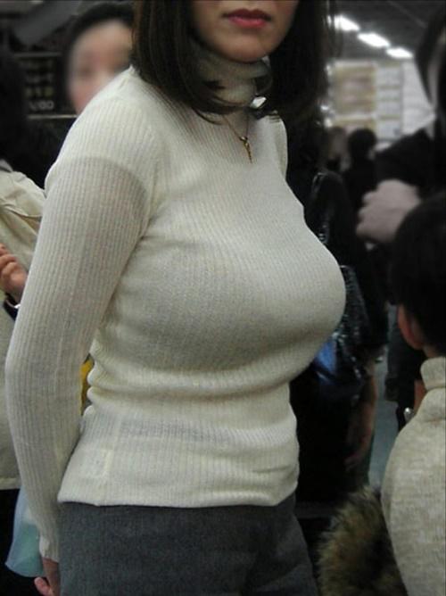 着衣巨乳ニットの人妻の胸元に釘付け!