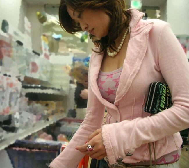 買い物中の人妻の着衣巨乳のを間近で覗き見!
