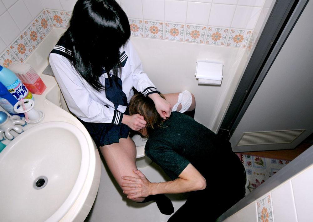 トイレの便器に座ってクンニさせる女子校生!