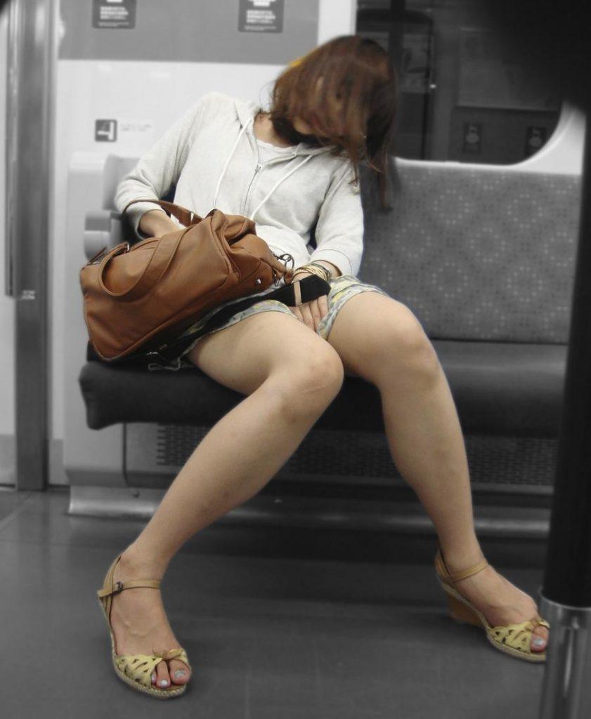 居眠りして隙だらけの素人女性を綺麗な脚を盗撮!