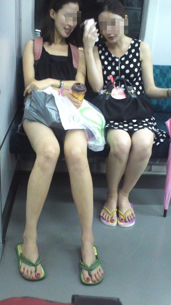 スレンダーで細すぎる美脚を電車内で盗撮!
