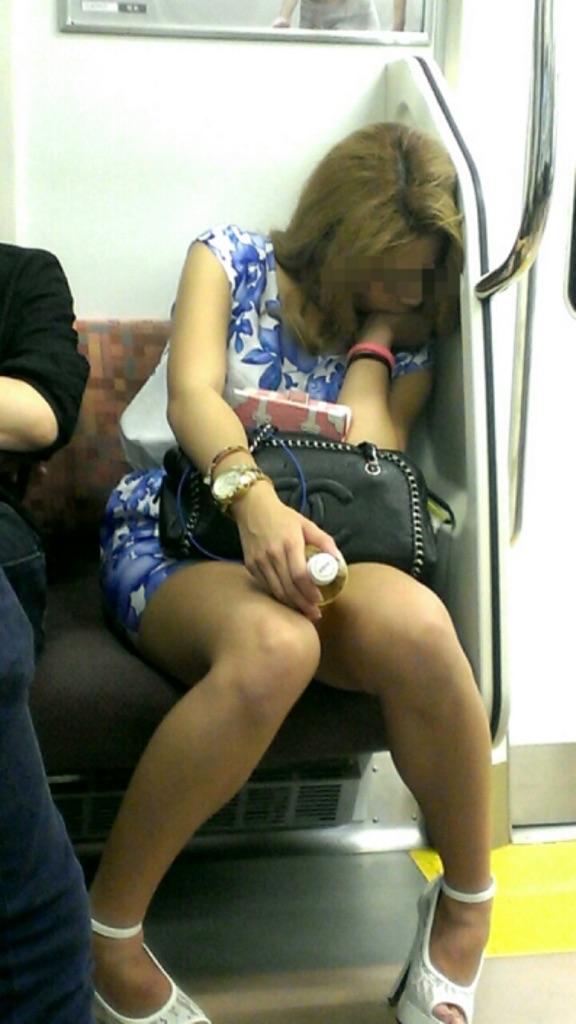 熟睡してるギャルのセクシーな生足に釘付け!