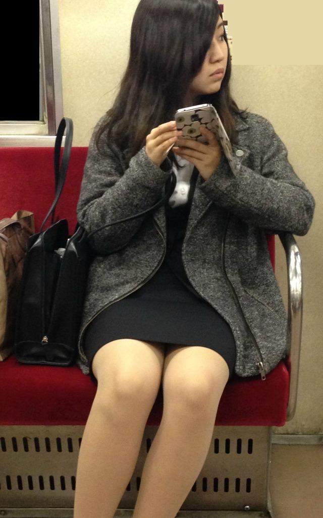 清楚なOLお姉さんの下半身を対面席から盗撮!