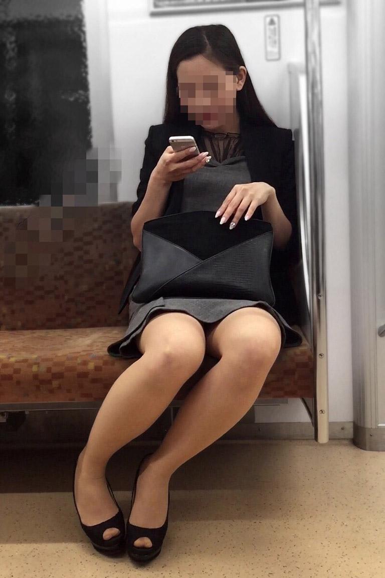 ミニスカの美人お姉さんの美脚に注目です!